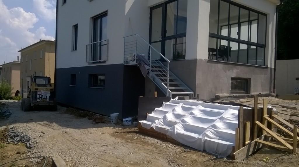 Momentálně dokončujeme rekonstrukci rodinné vily ve Zlíně, kde probíhají poslední práce na interiéru a terénní úpravy.